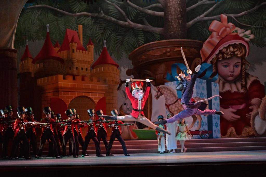 7_charlotte-ballet_jean-pierre-bonnefouxs-nutcracker_-george-bokaris-nutcracker-michael-menghini-mouse-king_photo-by-peter-zay_web