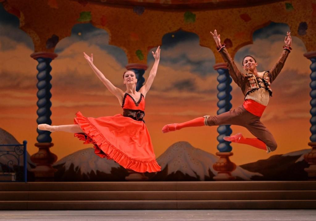 9_charlotte-ballet_jean-pierre-bonnefouxs-nutcracker_elizabeth-truell-juwan-alston-as-chocolate_photo-by-peter-zay_web